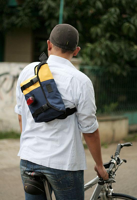 tas-sepeda-urbncase-messenger-bag22